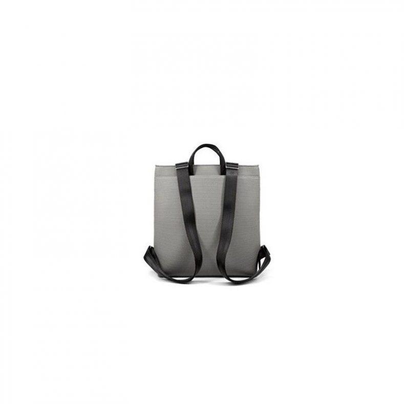 mochila-pequena-de-color-gris